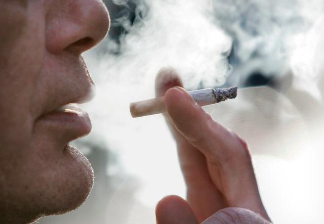 Hút thuốc lá gây đau lưng