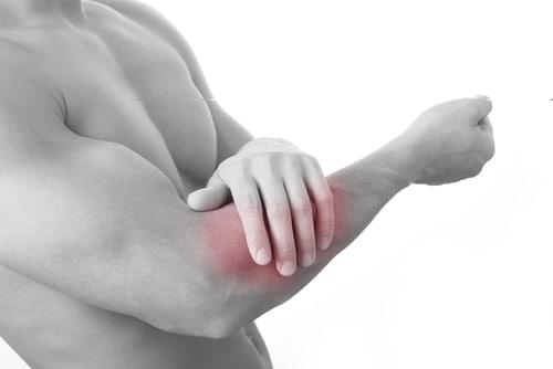 Gãy xương tay ảnh hưởng như thế nào tới chuyện quan hệ