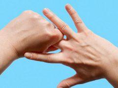 sưng khớp ngón tay giữa