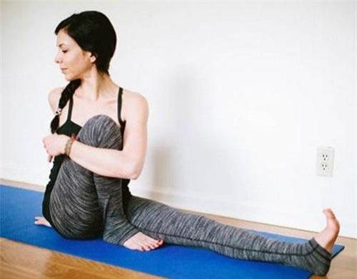 Bài tập yoga cho người bị gai cột sống tư thế xoay người