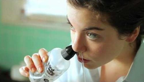 Vệ sinh mũi bằng nước muối sinh lý