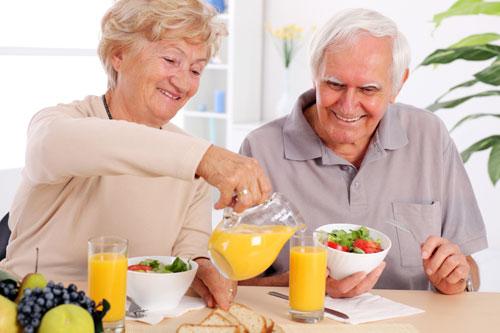 Chế độ dinh dưỡng tốt cho người già bị gãy xương